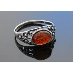 Srebrny, efektowny pierścionek z bursztynem BN88A